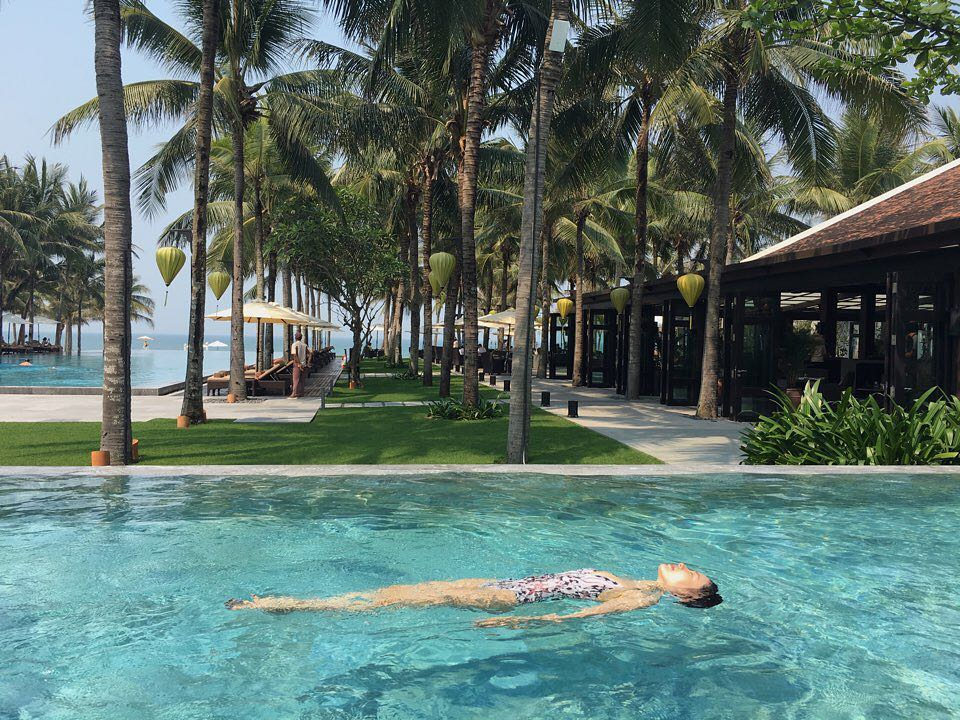 Mỹ nhân Son Ye Jin diện bikini nóng bỏng, thỏa thích bơi lội khi nghỉ dưỡng tại Đà Nẵng & Hội An