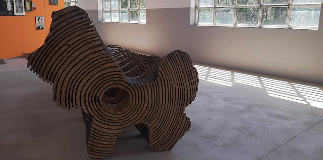 escultura de madeira e quadros em exposição da Bienal de Gaia