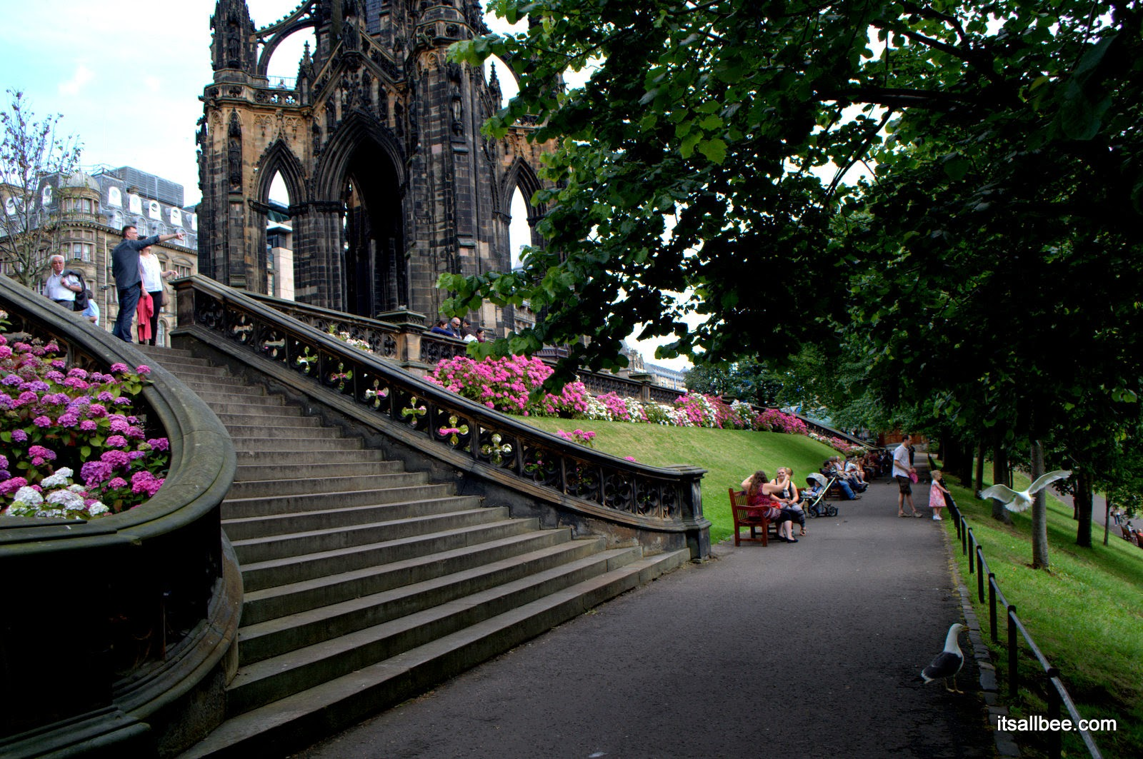 princess street gardens -Edinburgh - Scott Monument