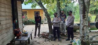 Polsek Daik Lingga Serahkan Bantuan Sembako Kepada Keluarga Pasien Covid- 19 Di Desa Belungkur