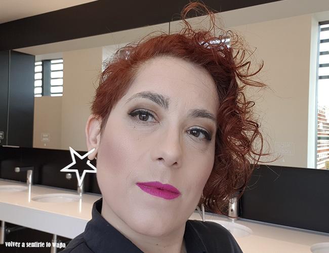 Maquillaje en tonos marrones y neutros con labios fucsias