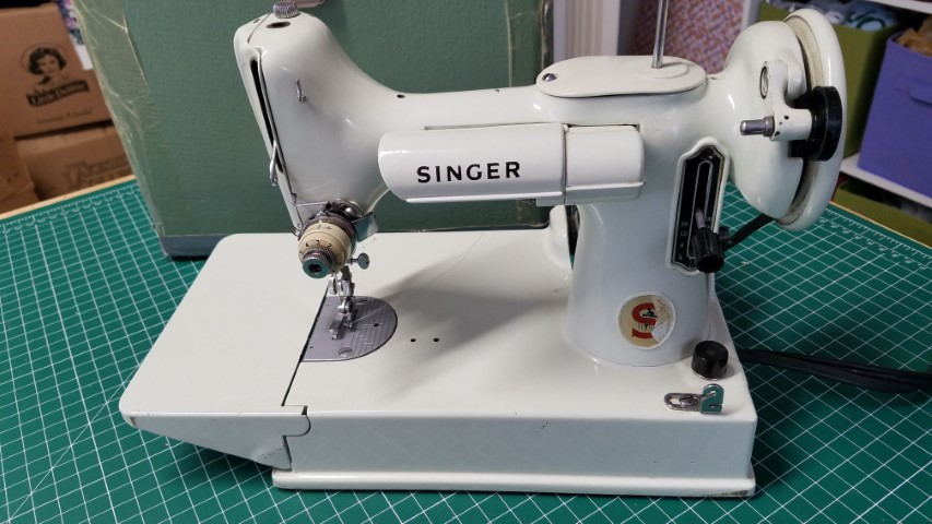 Still Stitching Vintage Sewing Machines The White 221k Does It Live Up To The Featherweight Legend
