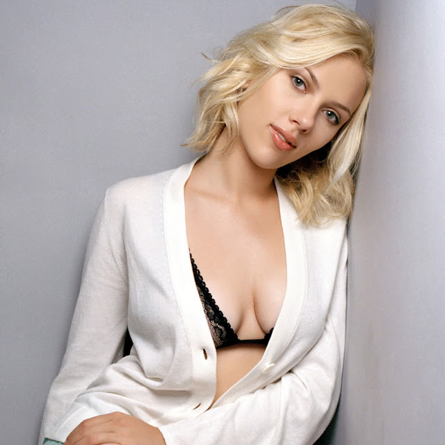 Hot Hollywood Actress Scarlett Johansson Cleavage