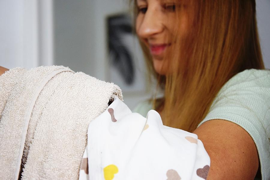 Bawełniana koszulka lub poszewka na poduszkę zamiast ręcznika tradycyjnego - jak zadbać o mokre włosy?