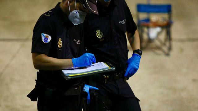 La Policía Autonómica multa en Barro por incumplir las normas COVID-19
