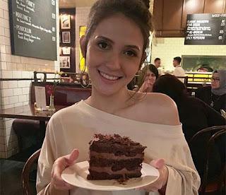 Aliyah Faizah Bawa Kue