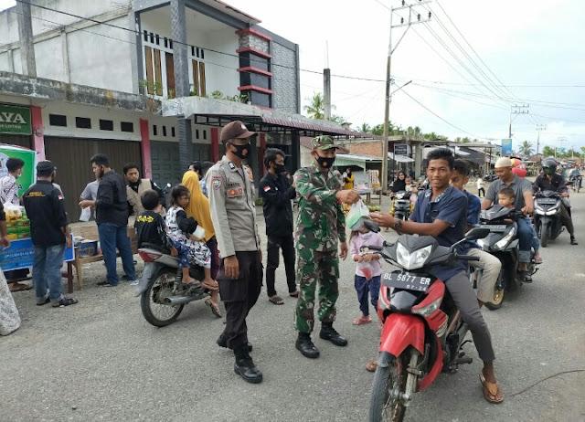 Berburu Berkah Ramadhan, Babinsa Koramil 10/Woyla Barat Turut Bagikan Takjil