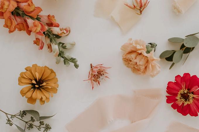 Flores sobre um lençol claro