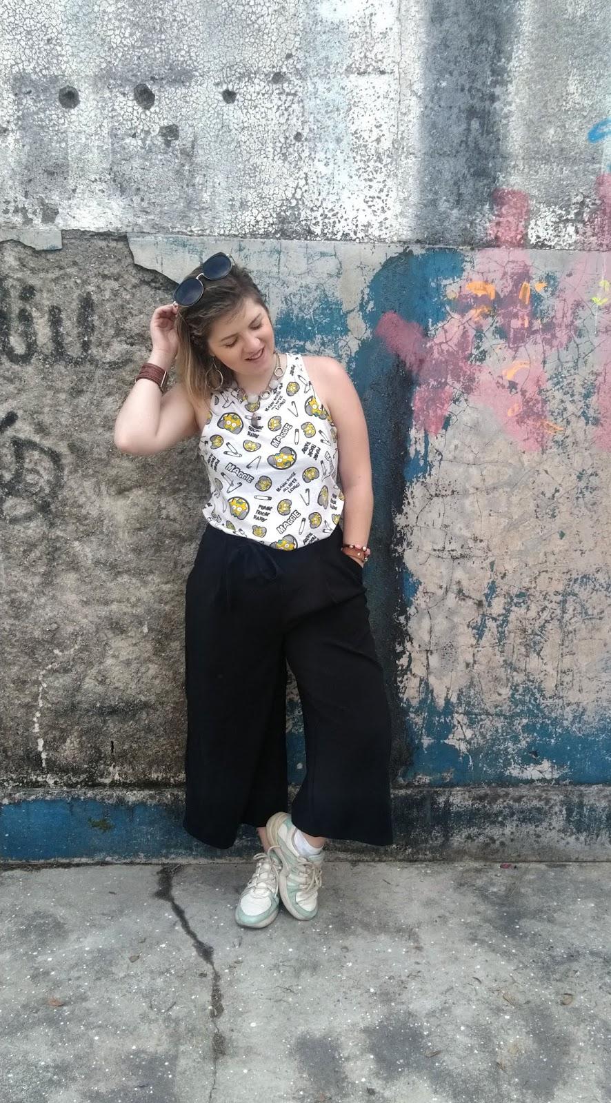 Look: Calça pantacourt com tênis Chunky/uggly sneaker