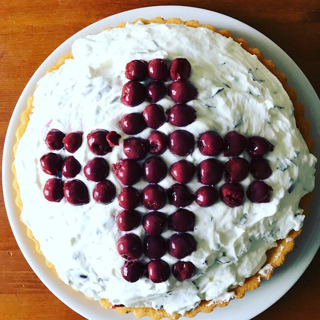 Kindergeburtstag mit Krankenhaus-Motto - Der Kuchen, Schaumkusstorte mit Rotem Kreuz