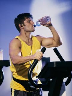 شرب الماء أثناء التمرين يزيد الكفاءة والبناء العضلي