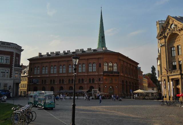 Август 2013 года. Домская площадь. Здание биржи и шпиль собора Святого Екаба (автор фото: Alexandr L. Litvak)