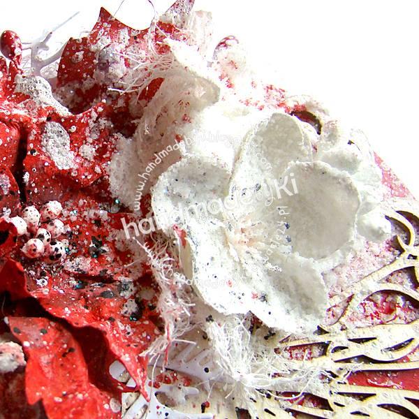 kartka ozdobiona jest kwiatami, tekturką  i kulkami