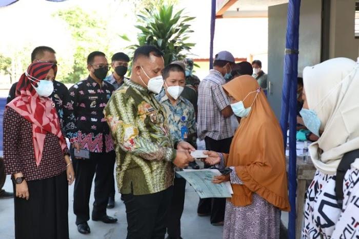 Bupati Nanang Ermanto Pantau Bantuan BST di Palas