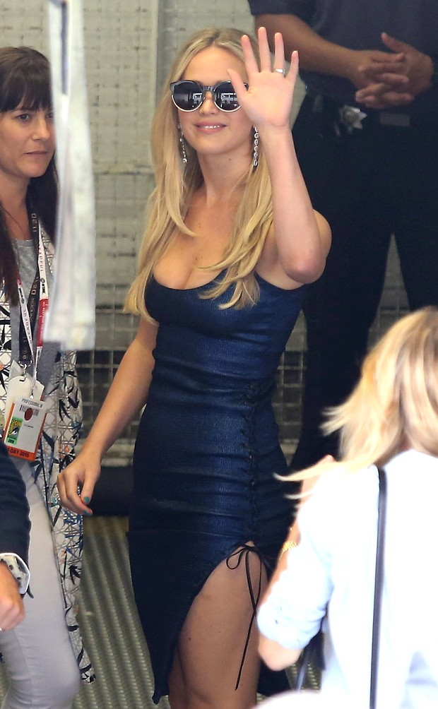 Jennifer Lawrence sexy slit to event comic con