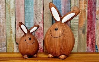 Conigli di legno che sorridono