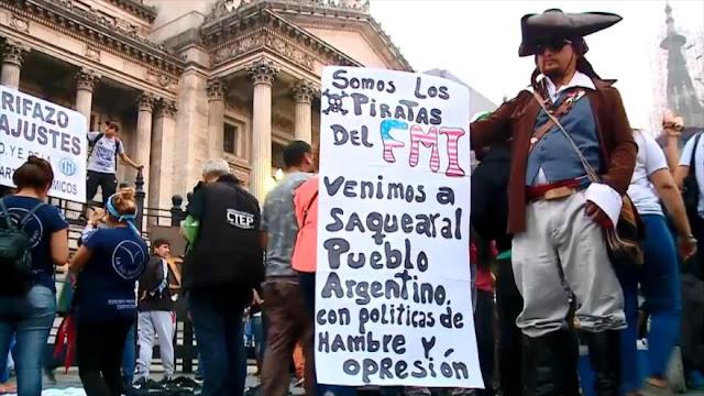 Argentinos protestan contra decisión de Macri de recurrir al FMI