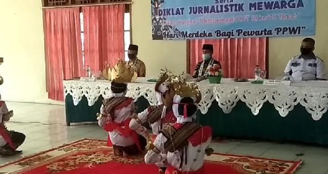 Tari Sigeh Penguten SMA Negeri 4 Kotabumi Meriahkan Rakor Pengurus PPWI se - Sumatera Bagian Selatan