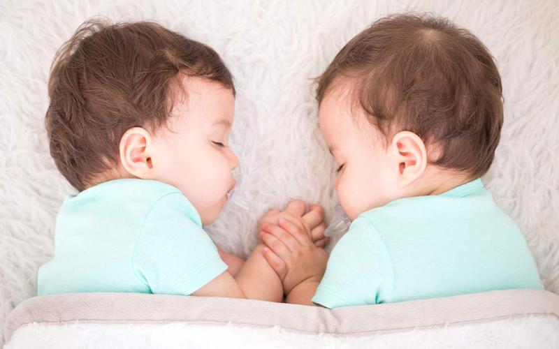 4 Tips Menidurkan Bayi Kembar dengan Mudah