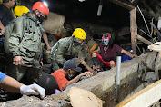 Banjir dan Tanah Longsor di Manado Menelan Korban Jiwa, Aparat Kepolisian Bantu  Evakuasi Warga