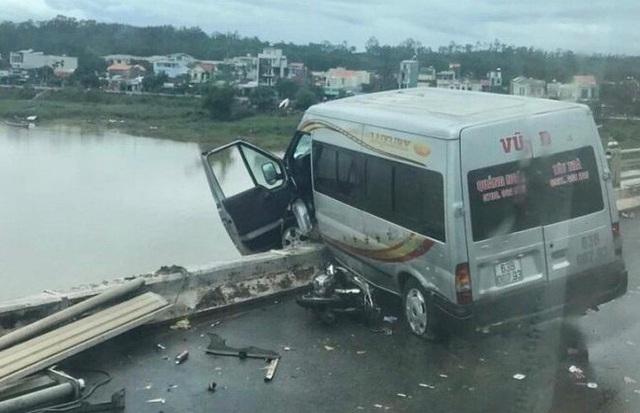 """Xe khách """"vắt vẻo"""" trên thành cầu sau tai nạn liên hoàn"""