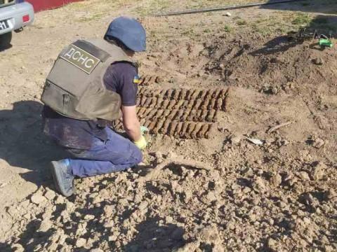 У селі на Обухівщині знайшли майже сто старих мінометних мін