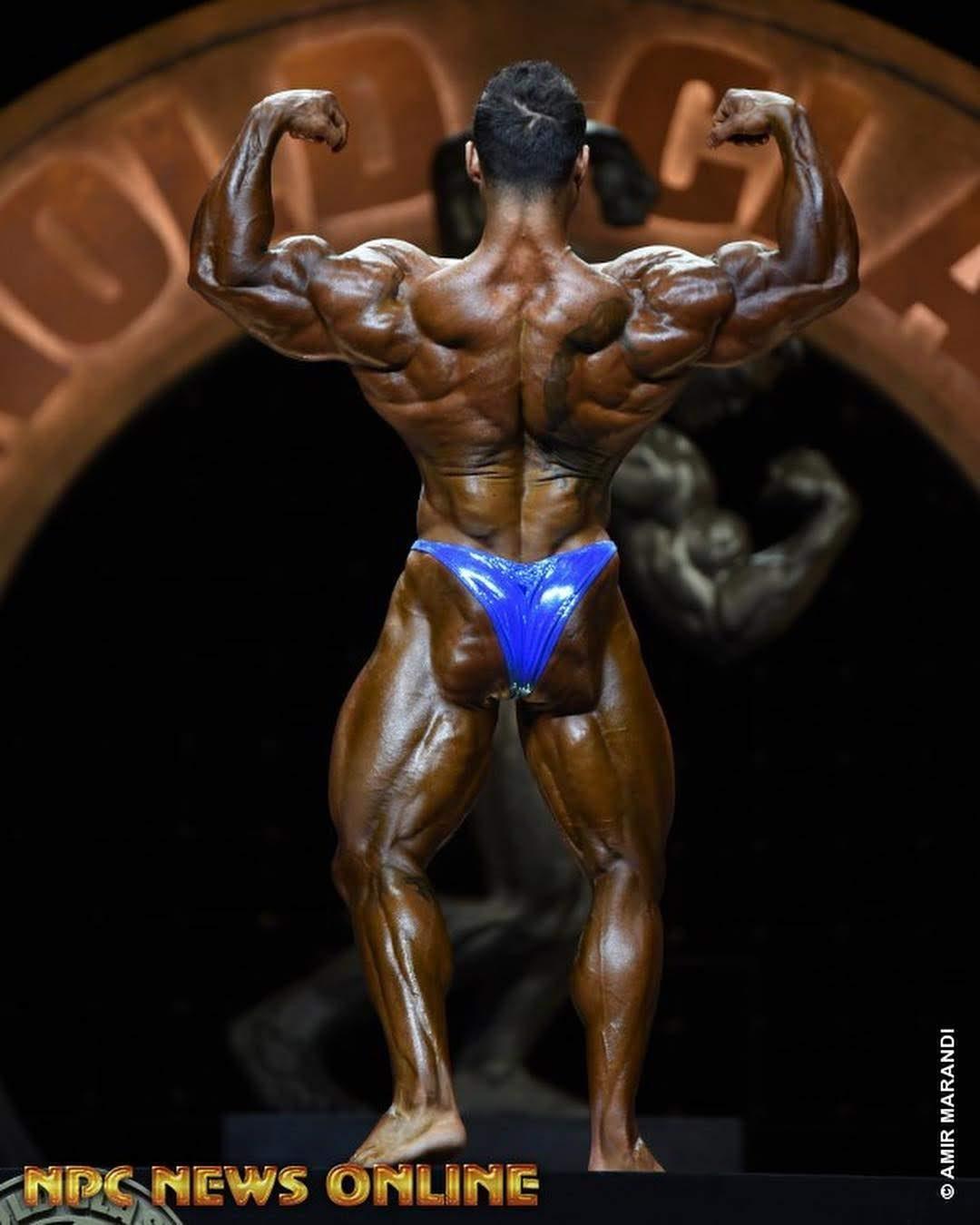 Rafael Brandão executa pose duplo bíceps de costas no prejudging do Arnold Classic 2019. Foto: Amir Marandi