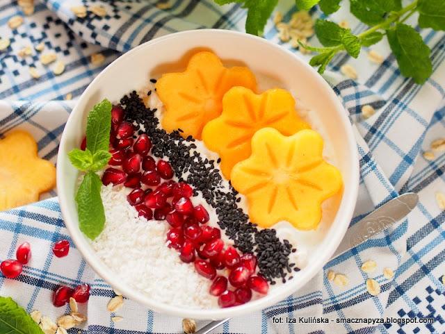 Nocna owsianka na jogurcie, z owocami