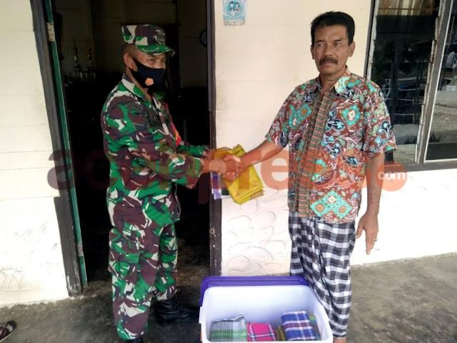 Cegah Penyebaran Corona di Mesjid, TNI di Abdya Bagikan Bantuan Sarung