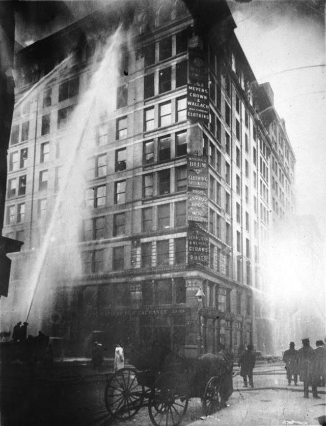 Incendio en la fábrica textil Triangle Shirwaist ubicada en el barrio de Manhattan, Nueva York, Estados Unidos, el 25 de marzo de 1911
