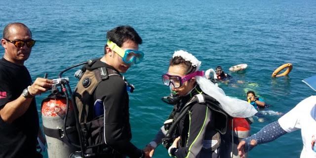 "Biaya Nikah DI Bawah Laut Di Tempat Ini ""Cuma"" Rp.12 Juta"
