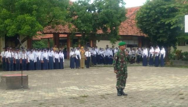 Babinsa Koramil 07/Adiwerna menjadi pembina Upacara di SMP N 4 Adiwerna