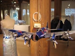 Escultura hecha con latas de red bull recicladas avión