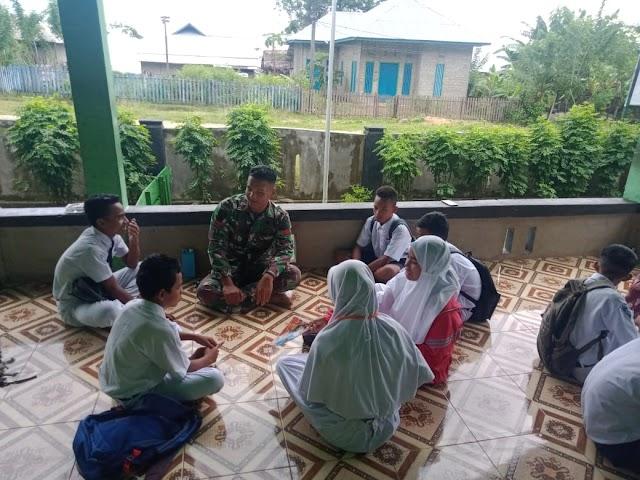 Satgas Yonarmed 9 Kostrad Melaksanakan Kegiatan Sosialisasi Bela Negara Kepada Pelajar di SMP 2 Waisakai