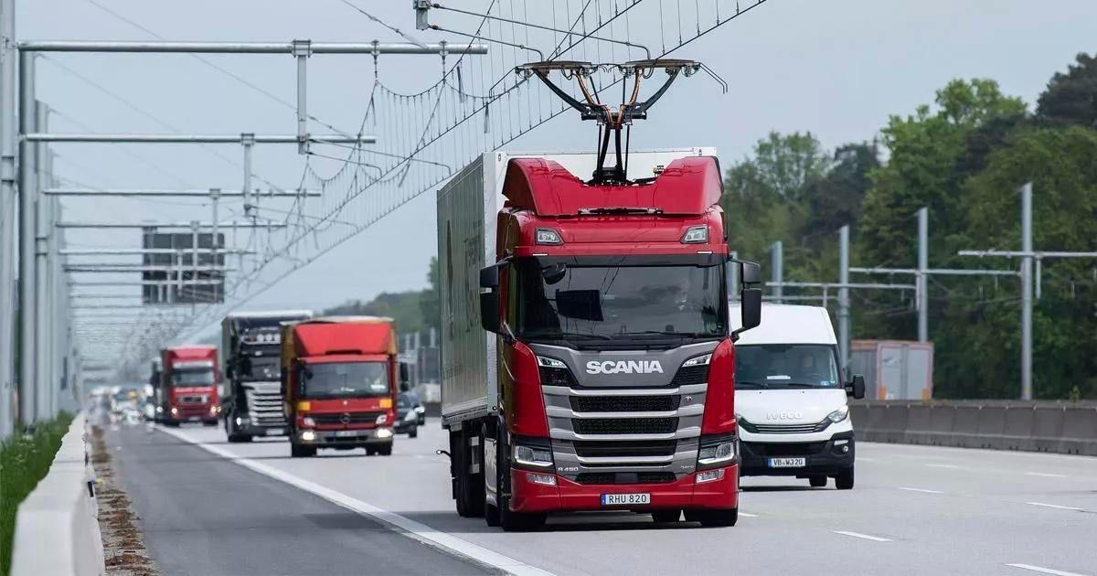 Reino Unido testa rodovia elétrica que recarrega caminhões enquanto eles rodam