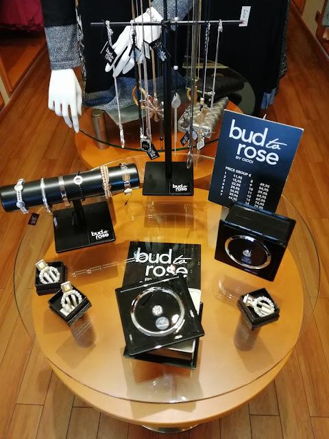 Bud to Rose by Diddi -korumalliston pääväri on musta.