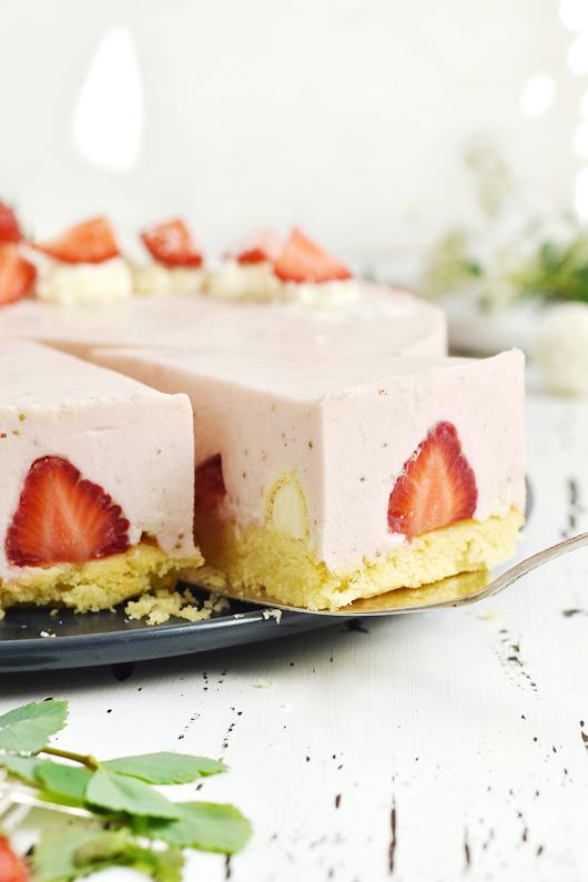 Erdbeer-Raffaello-Torte mit Mandelboden