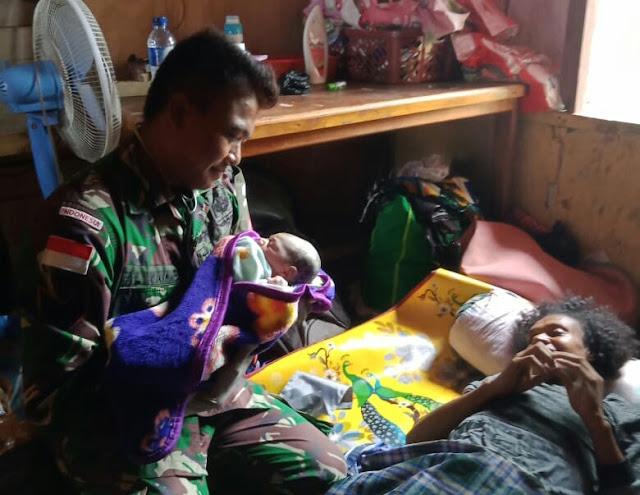 Satgas Yonif MR 411 Kostrad Bantu Persalinan Warga di Tapal Batas