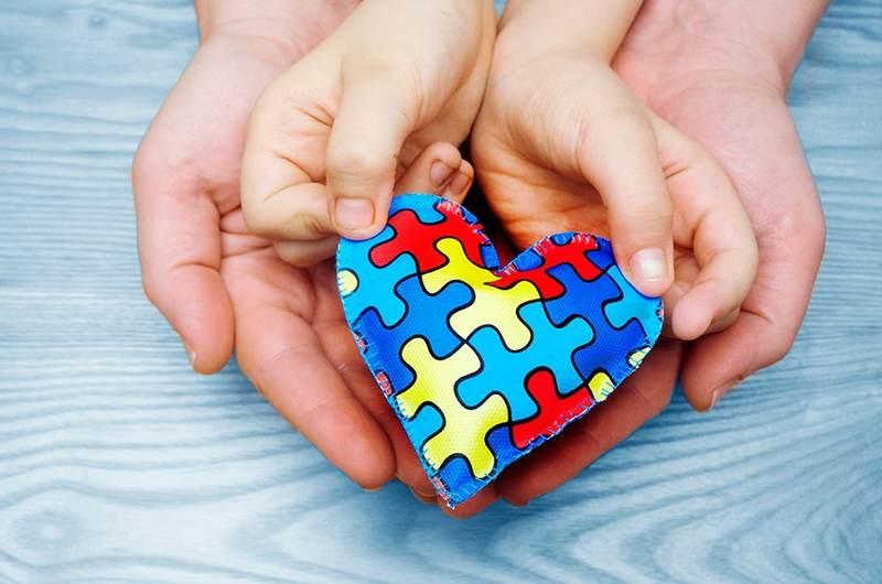 Criado pela Organização das Nações Unidas (ONU), o dia 02 de abril é o Dia Mundial da Conscientização do Autismo. Apesar de não ter cura, é possível conviver com o transtorno e superar os desafios do Autismo durante a vida. Para isso, é fundamental discutir sobre o tema e mostrar para as famílias a importância do diagnóstico precoce e do tratamento correto.