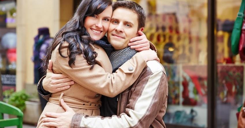 Mann, dessen Freundin behauptet, ihr sei Valentinstag egal, wittert Falle