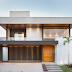 Fachada de casa contemporânea cinza com forro e porta de madeira + revestimento 3D branco!