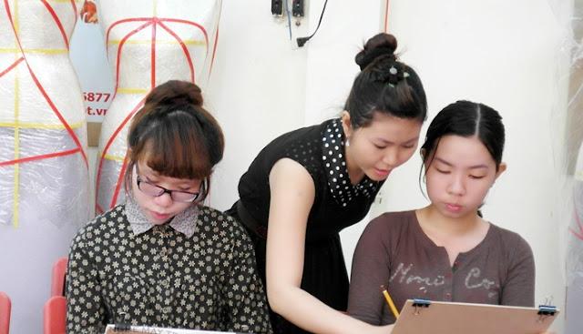 Cô giáo đang hướng dẫn vẽ may công nghiệp