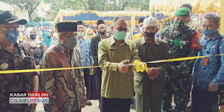 Sekda Kabupaten Sukamumi Iyos Soemantri pengguntingan pita peresmian Central Pasar UKM