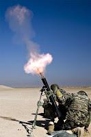 Askerlerin ateşlediği bir havan topu