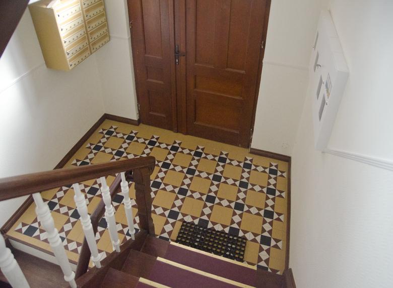 kafle wiktoriańskie na klatce schodowej kamienicy
