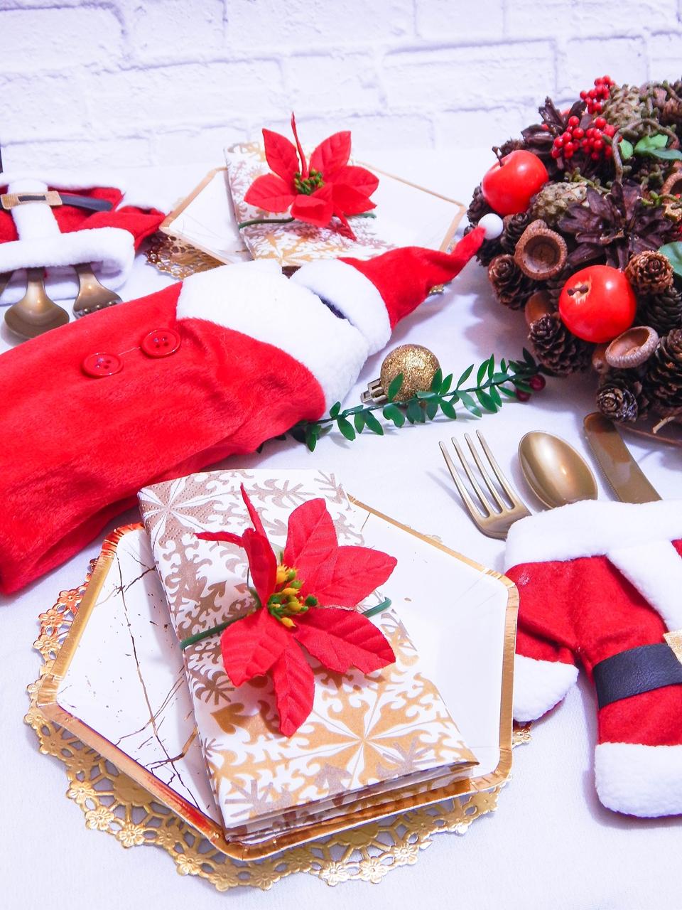 3 dekoracja świątecznego stołu jak udekorować stół na boże narodzenie dekoracja kolacja wigilijna dekoracja stroik na stół wigilijny wianek świeczka mikołajowe ubrania na butelki mikołaje na sztućce