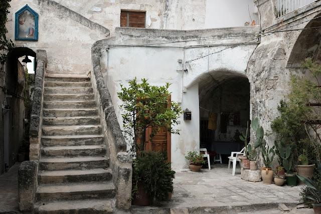 Cortile tra i Sassi a Matera. Fotografia di Giovanni Battisti