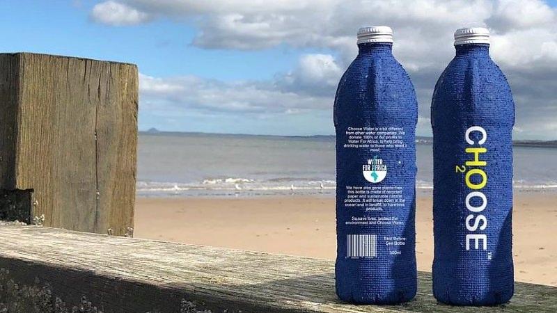 Frente e verso de uma garrafa de água da Choose Water