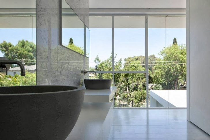 Bathroom in White Ramat Hasharon House by Pitsou Kedem Architects