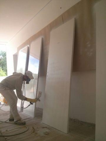 Pintando portas em BH.